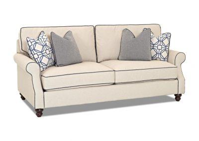Trend Merrill kanapé egyedi tervezés gyártás hagyományos elegáns kényelmes puha szövet törtfehér párna választható faláb