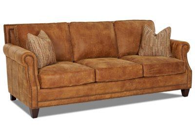 Tradicionális Oriental kanapé egyedi tervezés gyártás hagyományos elegáns kényelmes bőr rozsda csau barna díszszeg faláb