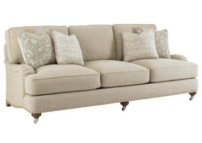 Trend Perris kanapé egyedi tervezés gyártás hagyományos elegáns kényelmes puha szövet bézs díszszeg görgős faláb